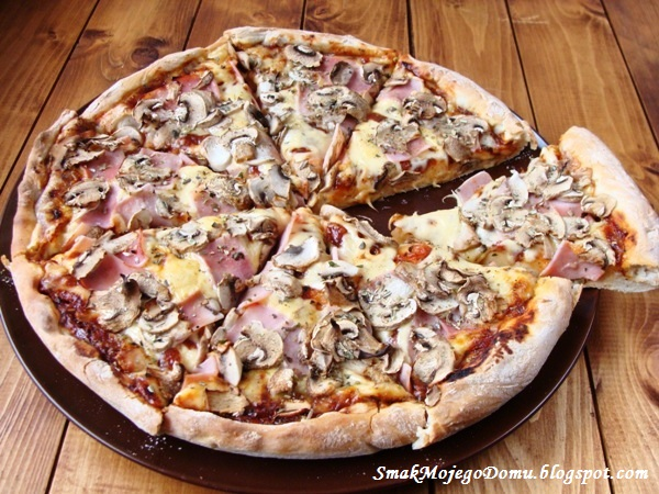 Pizza z sosem keczupowym