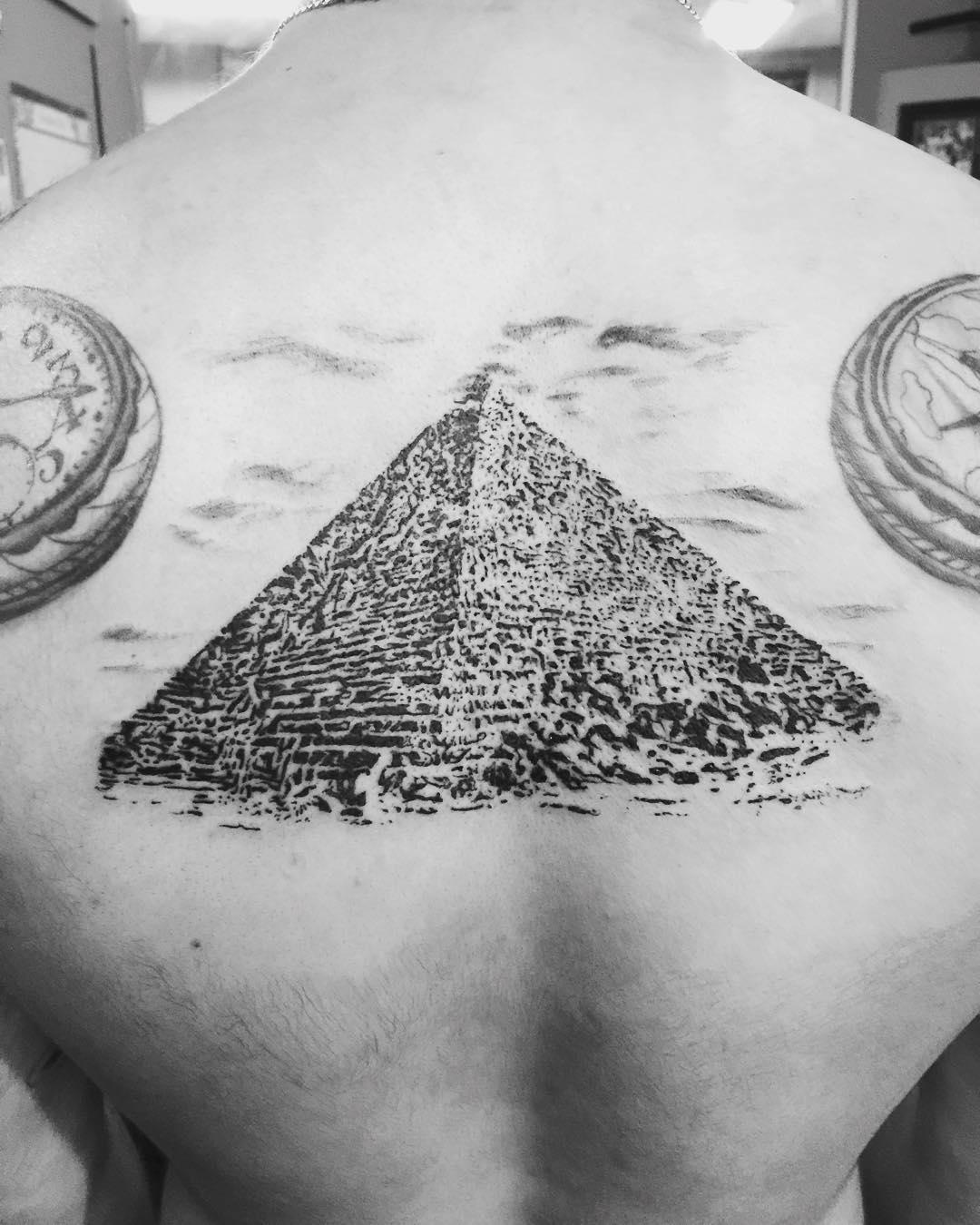 El gran pirámide diseño de tatuaje en espalda