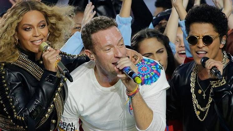 O Coldplay, atração do Halftime Show do 50º Super Bowl, dividiu o palco com dois grandes artistas