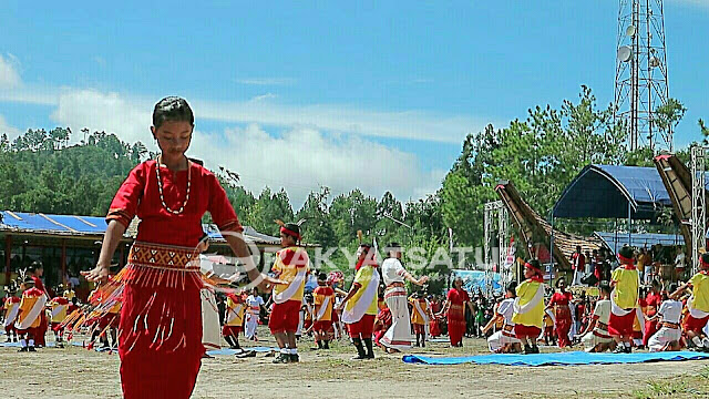 """HUT Tana Toraja, Pertunjukkan Adat dan Budaya Menuju """"Toraya Maelo"""" Bersama Nico-Victor"""