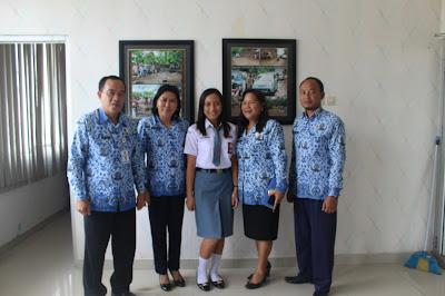 Flora Gratia Walelang dari SMA Negeri 1 Ratahan foto bersama para Guru.