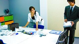 직장여성 야동-퇴근중 선배 여직원의 섹시한 뒷자태에 꼴려