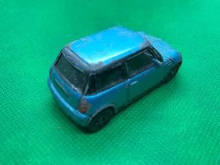 BMW ミニクーパー のおんぼろミニカーを斜め後ろから撮影