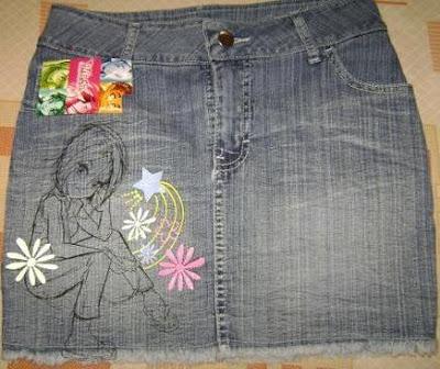 Foto de minifalda jean con diseño de una mujer, flores y estrella