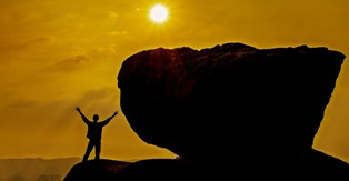 foto di un ragazzo che guarda il sole all'alba