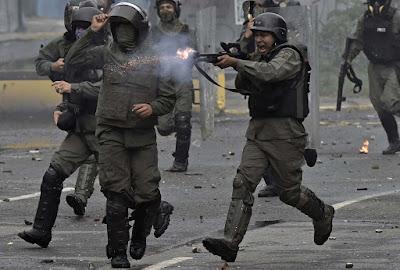 """El Gobierno de Venezuela repudió hoy el informe de la Oficina del Alto Comisionado de las Naciones Unidas para los Derechos Humanos en la que acusa a las autoridades de maltrato sistemático y generalizado a miles de manifestantes y detenciones arbitrarias en los últimos meses.  EFE  A través de un comunicado el Ministerio de Relaciones Exteriores venezolano se sostiene que con este informe se incurre """"de manera consciente en la mentira, en señalamientos infundados, tendenciosos y la difusión de falsos supuestos sobre la realidad venezolana"""".  La Oficina del Alto Comisionado está siendo instrumentada """"con fines políticos"""" para agredir al país caribeño, """"una penosa costumbre durante los últimos tiempos"""", añadió.  """"La utilización de falsas noticias difundidas por inescrupulosos medios de comunicación, sin comprobación alguna, y el uso del doble rasero en materia de DDHH., nuevamente expresan una posición parcializada, vergonzosa y violatoria de la soberanía de Venezuela y del Derecho Internacional"""", indicó Caracas.  La Oficina del Alto Comisionado de la ONU para los Derechos Humanos presentó un informe preliminar del que se desprende que desde que la ola de manifestaciones comenzó en abril, el Gobierno ha aplicado un """"patrón evidente"""" de uso excesivo de la fuerza contra los manifestantes opositores.  La Cancillería venezolana calificó de """"repudiable"""" que la Oficina del Alto Comisionado insista en """"engañar abiertamente a la comunidad internacional acerca de los sucesos de violencia perpetrados por un sector de la oposición venezolana desde abril del presente año"""".  Critica, asimismo que en esa dependencia de las Naciones Unidas supuestamente se ha hecho """"caso omiso de la abundante, esclarecedora y fidedigna documentación que el Estado venezolano"""" le ha suministrado.  El Gobierno de Nicolás Maduro sostiene que la violencia registrada en estos últimos cuatro meses, con más de 120 muertes, es responsabilidad de los dirigentes opositores """"en la organización, promoción y fin"""