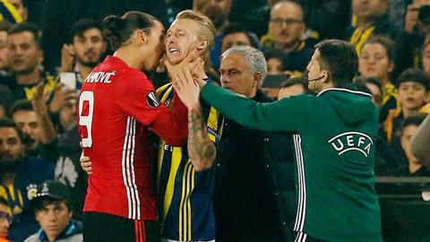 Ibrahimovic đã dùng tay bóp cổ trung vệ Simon Kjaer bên phía câu lạc bộ Fenerbahce ngay cuối hiệp 1.