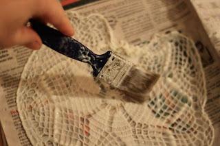 lampara para sala con servilletas tejidas a mano.