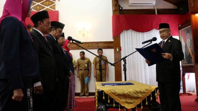 Gubernur Aceh Zaini Abdullah melantik Komisi Informasi Aceh (KIA)