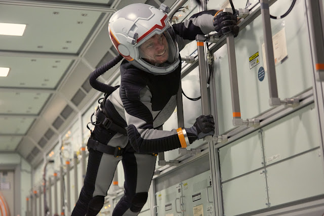 Chỉ huy trưởng Ben Sawyer (thủ vai bởi diễn viên Ben Cotton) đang cố gắng chạm đến một thiết bị phần cứng để điều khiển con tàu đáp xuống vị trí đổ bộ trên Sao Hỏa.