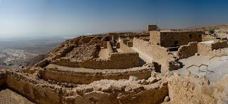 Imagen panorámica de la fortaleza de Masada y sus ruinas, con el Mar Muerto de fondo