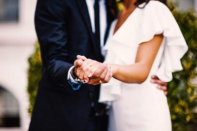 Novios enseñando el anillo de la novia