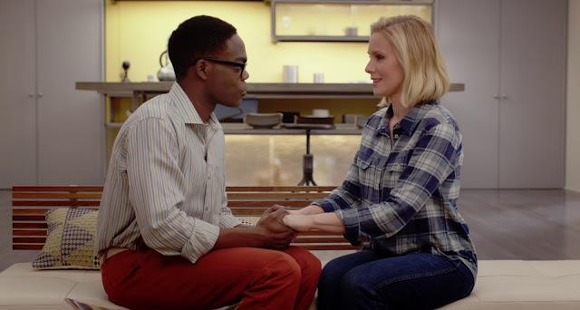chidi ( William Jackson Harper) y Eneanor (Kristen Bell) se agarran de las manos sentados junto a una cama