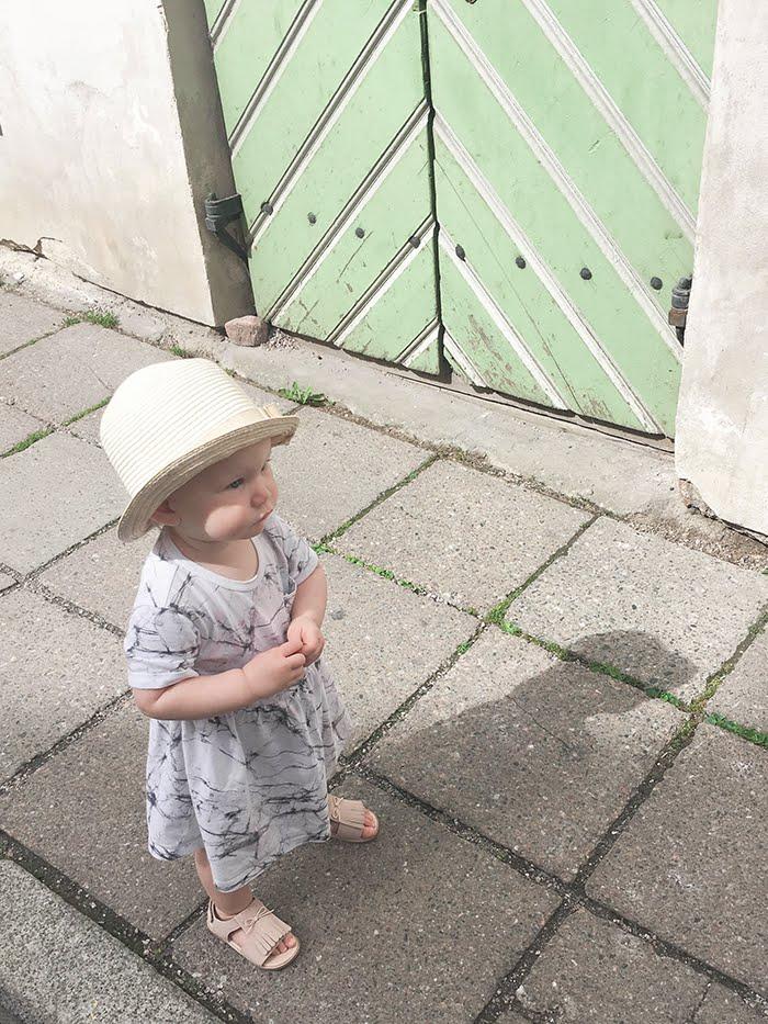 Tallinna lasten kanssa, vanha kaupunki, Annan tirpat, kävelevä vauva, taaperon sandaalit