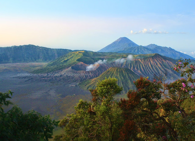View Gn. Bromo, Gn. Batok dan Gn Semeru setelah sunrise.