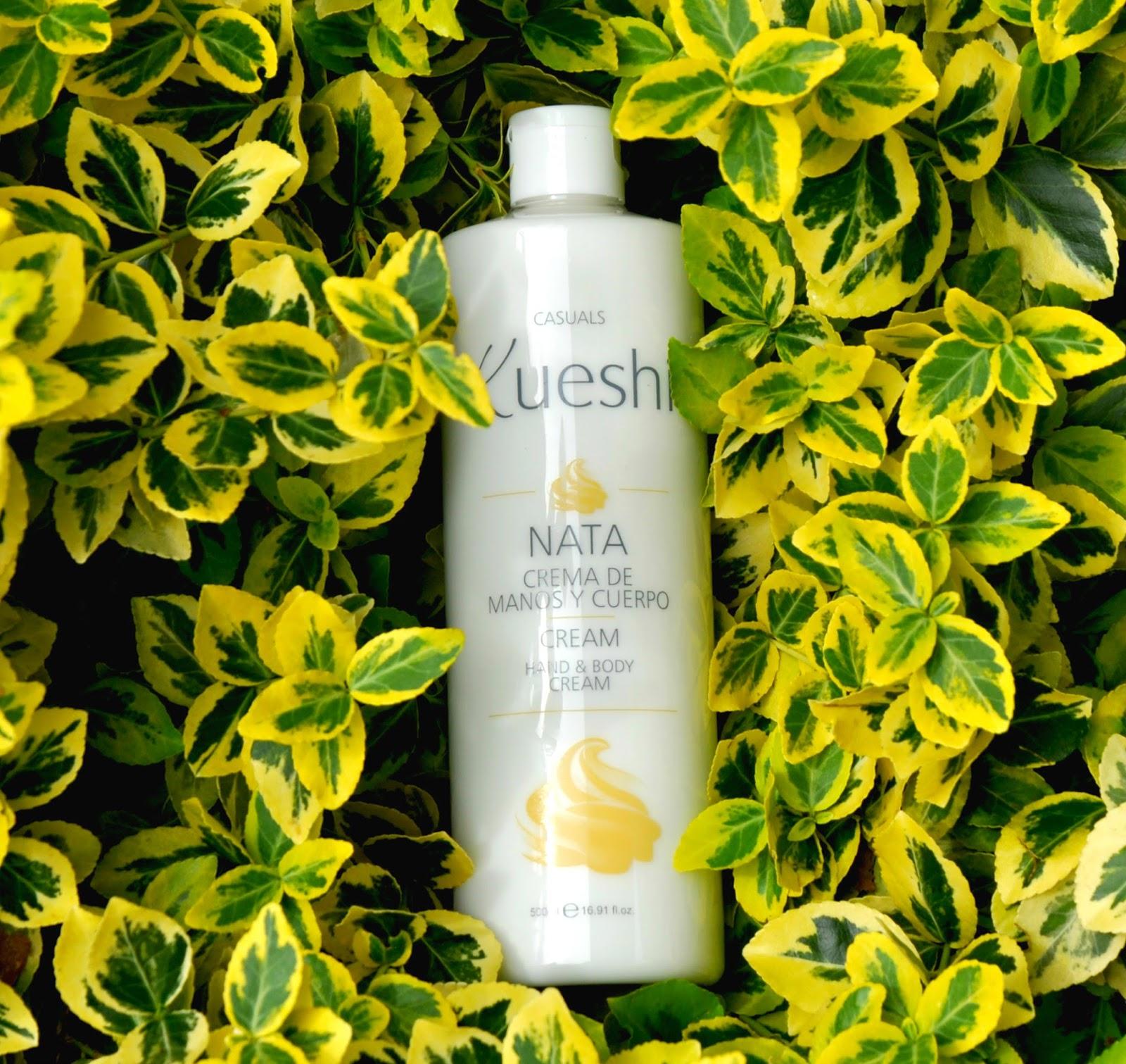 KUESHI - NAWILŻAJĄCY BALSAM DO CIAŁA - jest szybko wchłaniany przez skórę i zapewnia trwały kremowy zapach. Pozostawia skórę miękką, gładką i cudownie pachnącą. Połączenie aloesu i naturalnych olejów działa w głębokich warstwach skóry i utrzymuje nawilżenie przez cały dzień. Produkt naturalny, nie zawiera parabenów i nie jest testowany na zwierzętach.