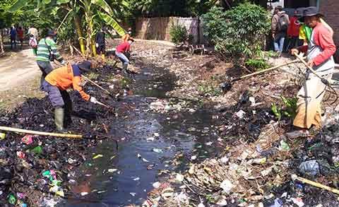 sungai desa muara cirebon dipenuhi sampah