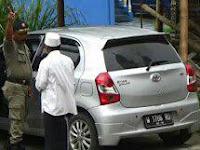 Ketahuan! Pengemis Naik Mobil Mewah, Digrebek Satpol PP