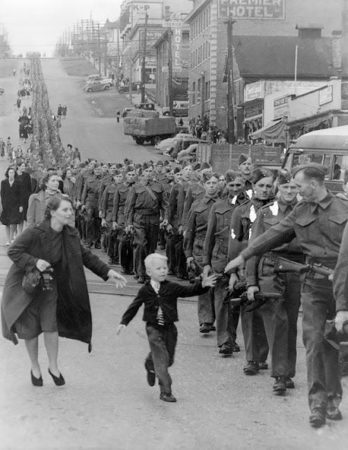 Niño despidiéndose de su padre antes de partir a la Segunda Guerra Mundial, foto tomada en el año 1940. Fotos insólitas que se han tomado. Fotos curiosas.
