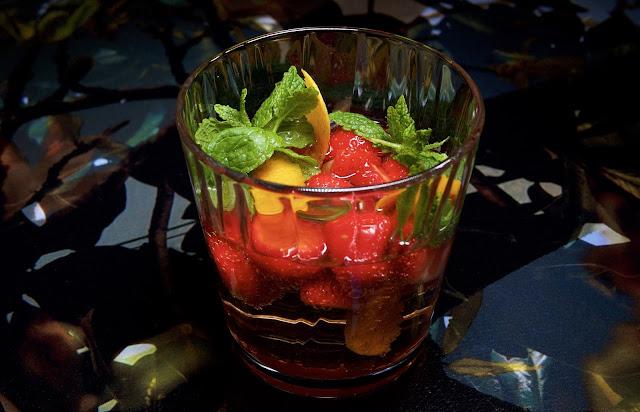 Napue Gin mansikoilla mintulla ja sitruunankuorella