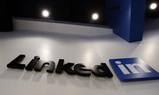 SAN FRANCISCO (CNNMoney) — Si usas la red social LinkedIn, probablemente has dicho en qué lugar trabajas, a qué te dedicas y con quiénes laboras. Esa información es una mina de oro para los hackers, cada vez más sagaces en el uso de esos datos públicos (pero personales) para dirigir sus ataques.  El método, conocido como «spear phishing» (pesca con arpón) provocó dos violaciones de seguridad en empresas de alto perfil: un ataque a Gmail que afectó a varios altos funcionarios del Gobierno estadounidense y un ataque a la empresa RSA, cuyos tokens de autenticación SecurID son usados por