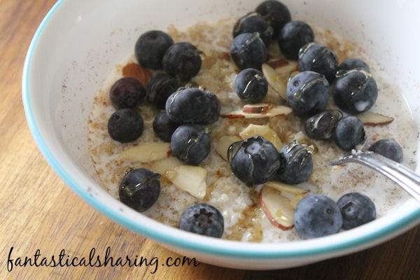 Blueberry Breakfast Quinoa // Oatmeal who? This breakfast quinoa has blueberries almonds and is sweetened with a drizzle of honey. #recipe #blueberry #quinoa #breakfast