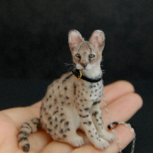 28-Serval-Cat-ReveMiniatures-Miniature-Animal-Sculptures-that-fit-on-your-Hand-www-designstack-co