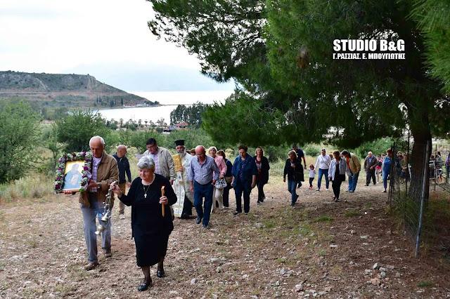 Γιορτάζει το εκκλησάκι του Αγίου Ιωάννη του Θεολόγου στην Καραθώνα (βίντεο)