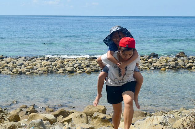 Memaksa anak kecil pulang dari pantai bawah  Kinaari Resort | ©jelajahsuwanto