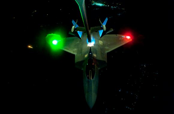 Air Refueling Malam Hari F-22 Raptor
