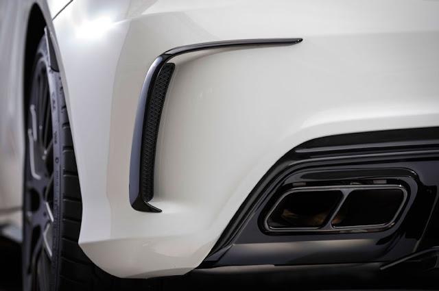 Mercedes AMG A45 4MATIC 2019 có Ống xả kép kết hợp với vè chắn gió thiết kế thể thao