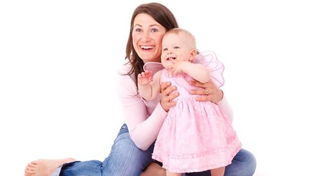 ibu bahagia dan bayi ceria