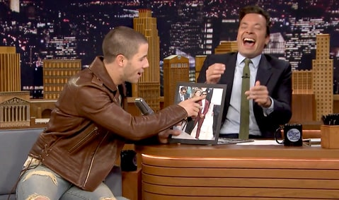 "Nick Jonas canta ""Close"" en el show de Jimmy Fallon y revela haberse excitado en una red carpet."