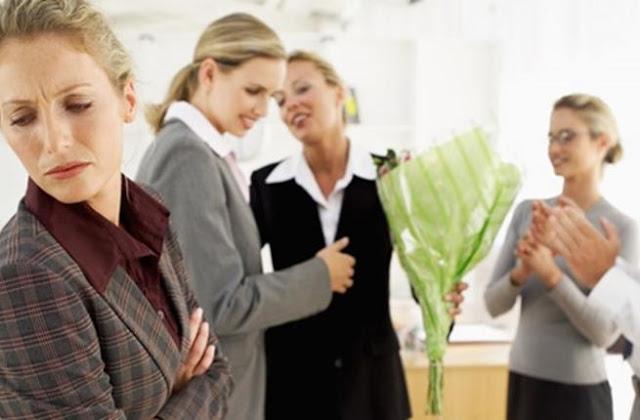 كيفية التعامل مع زملاء العمل الغيورين