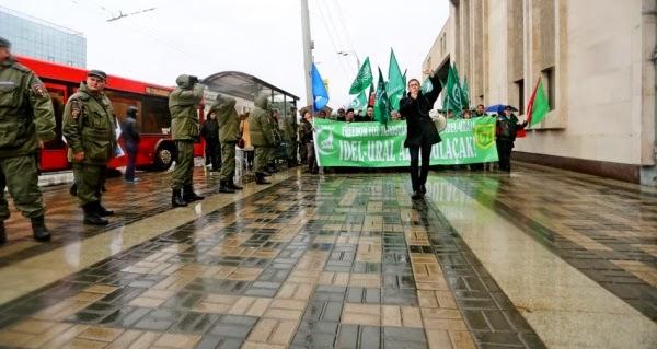 Участники митинга идут по улицам столицы современного Татарстана и бывшего Казанского ханства