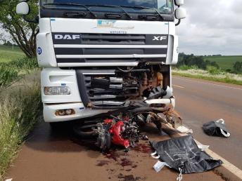 Motociclista morre após colidir de frente com carreta na PR-487