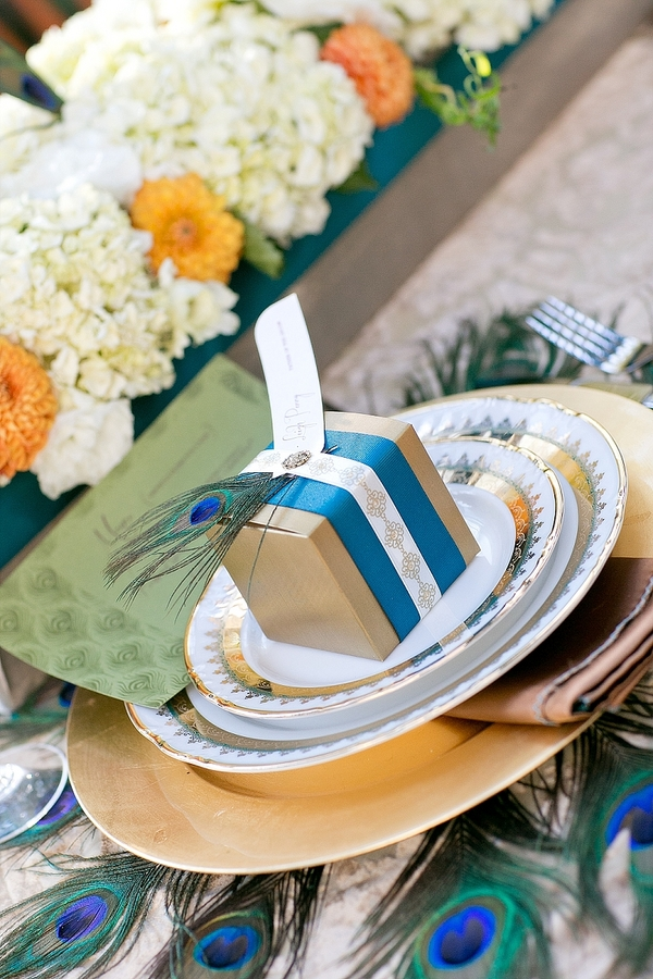 feather+wedding+theme+inspiration+blue+teal+turquoise+beige+champagne+green+reception+table+centerpiece+table+place+setting+escort+card+cards+bouquet+bridesmaids+dresses+bridal+dress+gown+meghan+wiesman+photography+11 - Show your feathers!