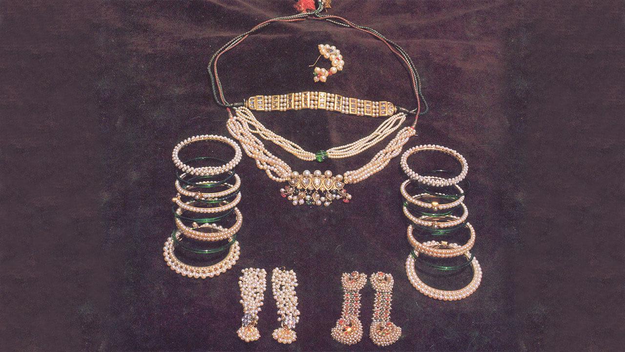 सोन्याचे दागिने (वज्रटीक, मंगळसूत्र, कोल्हापुरी साज, जोंधळीपोत, चंद्रहार, गुलाबफूल, वाकी, बांगडीजोड, पिचोडया, बांगड्या, तोडे)