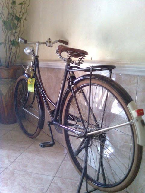 Memajang Sepeda Onthel pada Ruang Tamu