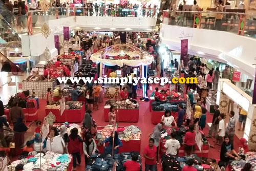 MEGAH :  Aneka tenant (kedai) berbagai macam produk di gelar di hall utama Mall Malioboro.  Waspada copet.  Awasi putra putri anda juga.  Foto Asep Haryono