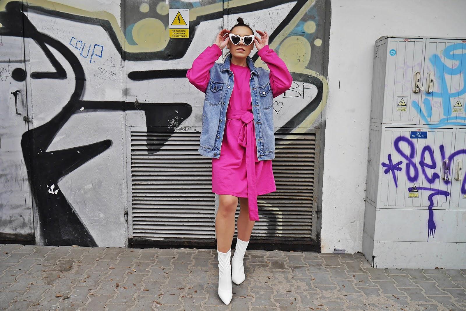 różowa sukienka nakd białe botki renee kamizelka jeansowa karyn blog modowy