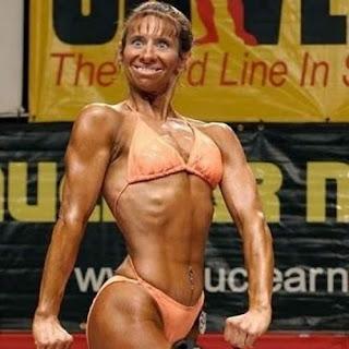 Mujer enseñando músculos en bikini