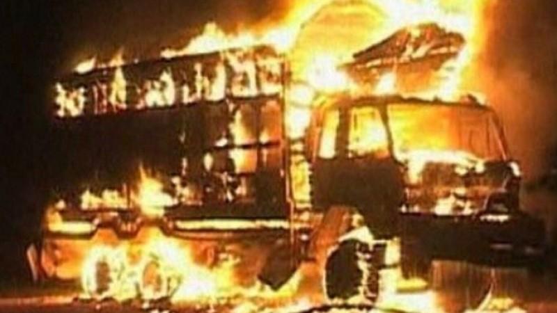 Truk polisi dibakar massa anti Ahok