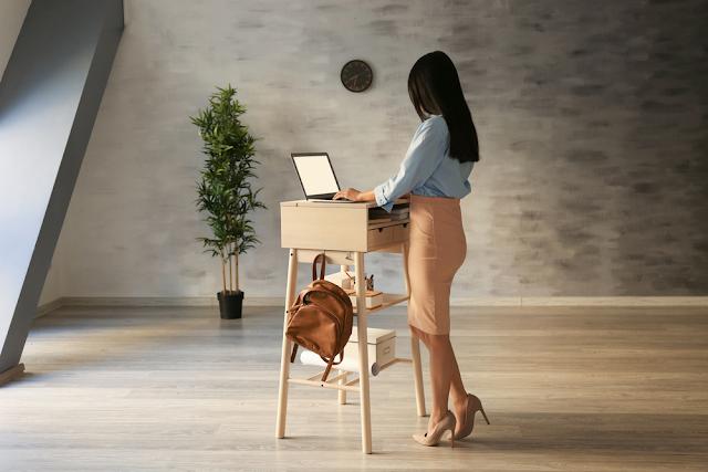 Keuntungan Standing Desk/Meja Berdiri Bagi Kesehatan