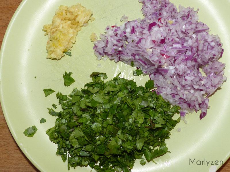 Ciselez les feuilles de coriandre, pressez l'ail, émincez l'oignon.