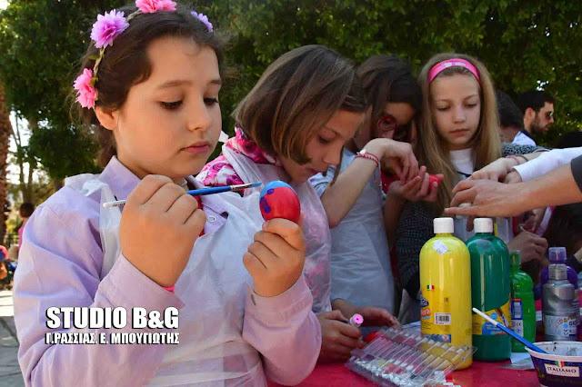 Μικρά παιδιά έβαψαν και ζωγράφισαν κόκκινα αυγά στο Ναύπλιο