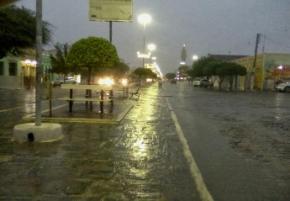 Chuva alaga ruas e faz açude sangrar em Monteiro; águas seguem em direção a Boqueirão