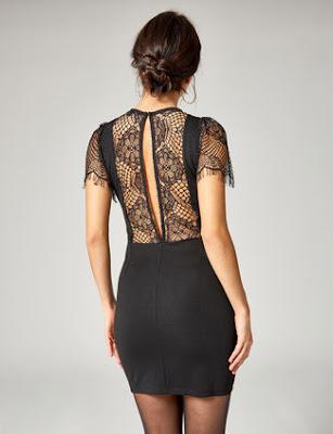 La robe est très courte et noire et le dos est en dentelle et fendue au milieu