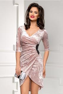 rochia lila pudrat eleganta din catifea cu decolteu in V si model petrecut