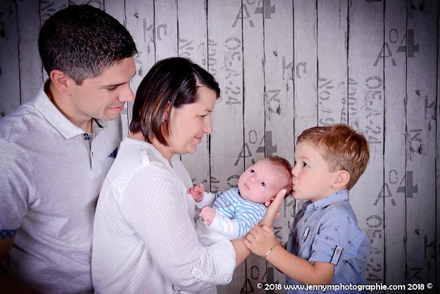photo famille avec bébé bisous du grand frère